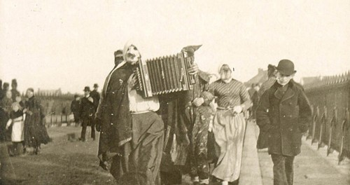 Carnaval 1895, verkleiders op de aw brögk